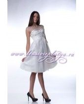 Белое платье с расклешенной юбкой и открытой спиной