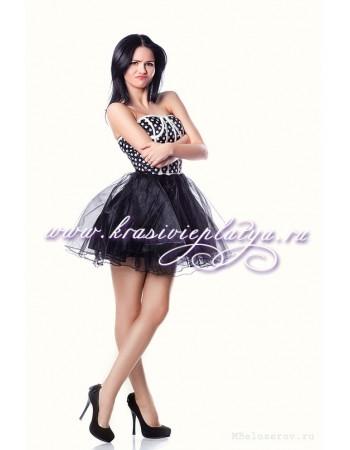 Короткое черное платье с корсетом в горошек