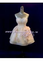 Короткое расклешенное платье цвета шампанского с камнями и цветами