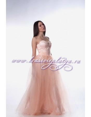 Нежно-розовое пышное длинное платье