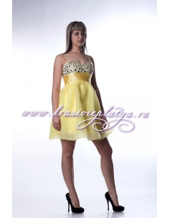 Нежно-желтое короткое расклешенное платье расшитое камнями