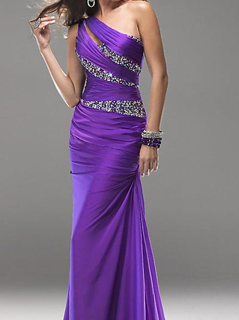 длинное фиолетовое платье на одно плечо